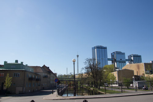 Den bevarade äldre bebyggelsen syns till vänster i bilden och stadens moderna höga hus till höger samt Lisebergs anläggningar i bakgrunden.