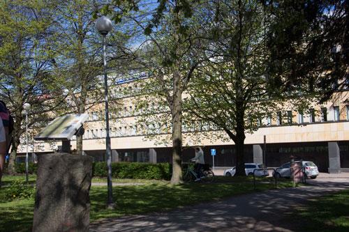Här låg gården Underås, en skylt från Örgryte-Förening berättar om platsen.