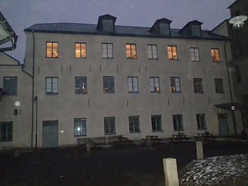 En 1700-tals byggnad, omgiven av senare tiders fabriker. Foto: Per Hallén