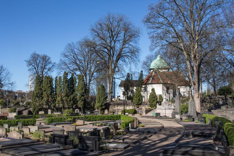 Den nyare delen av kyrkogården, där bäcken förr hade sin fåra. Foto: Per Hallén 2016